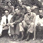 Nhóm tình báo Con Nai chụp ảnh với Bác Hồ và Đại tướng Võ Nguyên Giáp. Henry Prunier ngồi bên phải Đại tướng